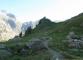 Le sentier monte dans l'alpage en direction du Refuge Elena