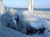 Une seule chose à faire, attendre le dégel pour récupérer le véhicule stationné en bordure du lac.