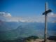 Croix au sommet sur fond de Haut Giffre (21 avril 2007)