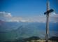 Croix au sommet sur fond de Haut Giffre