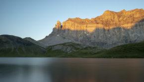 Lac d'Anterne et Rochers des Fiz au levé du soleil