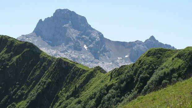 Pointe Percée vue depuis le sommet de la Pointe de Deux Heures