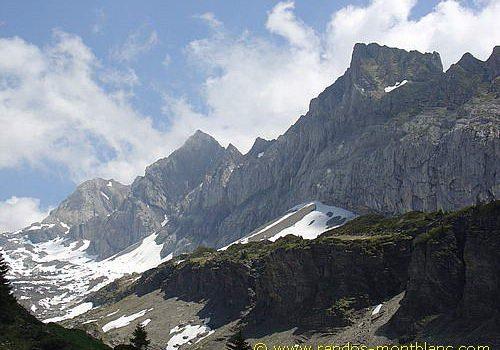 Névés tardifs vus depuis le sentier menant au Col de la Golèse