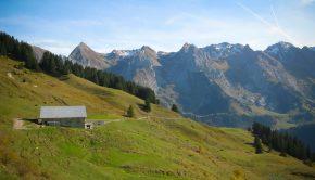 Vue sur les Aravis depuis le chemin menant au Mont Lachat